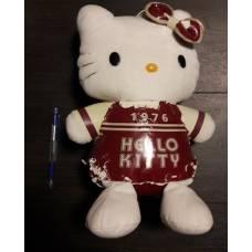 Hello Kitty plüss - piros 1976 feliratú ver. - akciós sérült